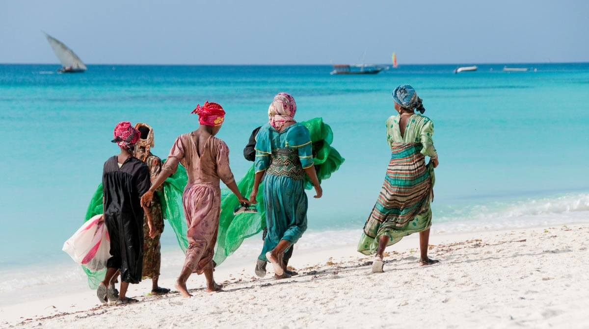 Tanzania People at the indian ocean coast